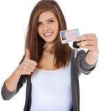 Adolescente montrant fièrement son permis de conduire Image stock