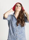Adolescente moreno alegre joven en blanco Imagen de archivo
