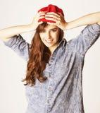 Adolescente moreno alegre joven en blanco Fotos de archivo libres de regalías