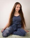 Adolescente moreno hermoso en pijamas azules Imagen de archivo