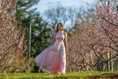 Adolescente moreno joven que presenta para las imágenes del baile de fin de curso Imagen de archivo libre de regalías