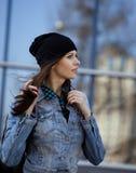 Adolescente moreno lindo en sombrero, estudiante afuera Foto de archivo libre de regalías