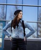Adolescente moreno lindo en sombrero, estudiante afuera Imagen de archivo