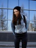 Adolescente moreno lindo en sombrero, estudiante afuera Imagen de archivo libre de regalías
