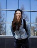 Adolescente moreno lindo en sombrero, estudiante afuera Fotos de archivo libres de regalías