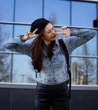 Adolescente moreno lindo en sombrero, estudiante afuera Imágenes de archivo libres de regalías
