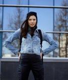Adolescente moreno lindo en sombrero, estudiante afuera Foto de archivo