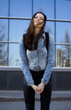 Adolescente moreno lindo en sombrero, estudiante afuera Fotografía de archivo libre de regalías