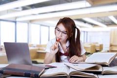Adolescente moreno que estudia en clase Fotos de archivo