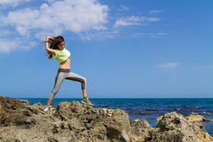 Adolescente moro atletico che risolve vicino Fotografia Stock Libera da Diritti