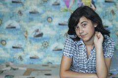 Adolescente-muchacha del retrato que se sienta en casa en su sitio Fotografía de archivo