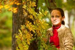 Adolescente-muchacha en el parque del otoño Foto de archivo