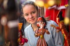 Adolescente-muchacha en una tienda de souvenirs india Viajes Foto de archivo