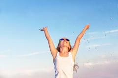 Adolescente (muchacha) está disfrutando de puesta del sol y del descenso del agua Imágenes de archivo libres de regalías
