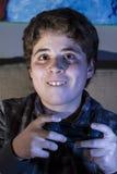 Adolescente. muchacho con la palanca de mando que juega al juego de ordenador en casa. Imagenes de archivo