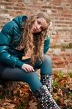 Adolescente (mujer joven) presionado al aire libre Foto de archivo libre de regalías