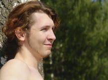 Adolescente na floresta foto de stock