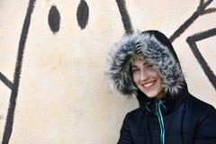 Adolescente na frente de uma parede dos grafittis imagens de stock