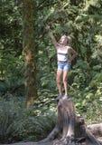 Adolescente na pose triunfante, parque de Snoqualmie, estado de Washington imagem de stock royalty free