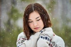 Adolescente na queda de neve da floresta do inverno imagem de stock