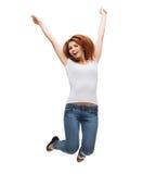 Adolescente nel salto in bianco bianco della maglietta Fotografia Stock