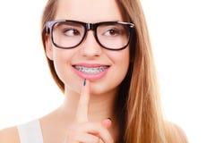 Adolescente Nerdy en las lentes que piensan en algo Fotografía de archivo libre de regalías