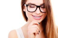 Adolescente nerdy feliz con las lentes que llevan del apoyo Foto de archivo