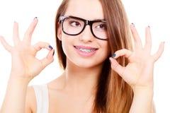 Adolescente nerdy feliz con las lentes que llevan del apoyo Fotografía de archivo
