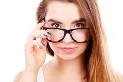 Adolescente nerdy feliz con las lentes que llevan del apoyo Fotografía de archivo libre de regalías