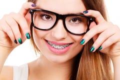 Adolescente nerdy feliz con las lentes que llevan del apoyo Imagen de archivo