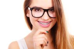 Adolescente nerdy feliz en las lentes que muestran apoyos Foto de archivo libre de regalías