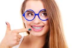 Adolescente nerdy feliz en las lentes que muestran apoyos Fotos de archivo libres de regalías