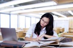 Adolescente Nerdy que estudia con los libros de texto Imágenes de archivo libres de regalías