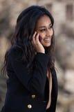 Adolescente nero felice che per mezzo di un telefono mobile Fotografia Stock Libera da Diritti