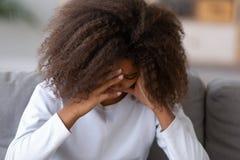 Adolescente nero triste che ha problemi che gridano una casa immagine stock libera da diritti