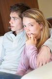 Adolescente nerveuse s'asseyant sur le sofa à la maison Images libres de droits