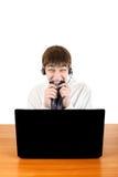 Adolescente nervioso con el ordenador portátil Imagen de archivo libre de regalías