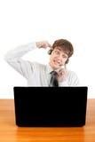 Adolescente nervioso con el ordenador portátil Foto de archivo