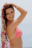Adolescente no biquini pelo oceano Fotos de Stock Royalty Free