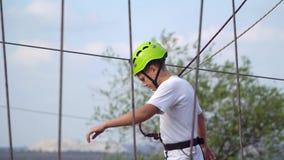 Adolescente no capacete no teleférico Fotografia de Stock