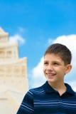 Adolescente no castelo da areia Imagens de Stock Royalty Free