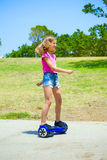 Adolescente no hoverboard azul Foto de Stock Royalty Free