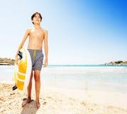 Adolescente no Sandy Beach com flutuador inflável imagens de stock royalty free