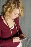 Adolescente no telefone de pilha foto de stock royalty free