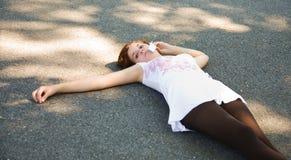 Adolescente no telefone de pilha Fotografia de Stock Royalty Free