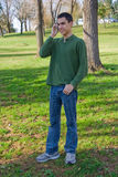 Adolescente no telefone de pilha Fotografia de Stock