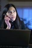 Adolescente no telefone do portátil e de pilha Fotografia de Stock Royalty Free