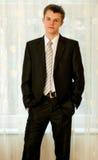 Adolescente no terno preto esperto Fotografia de Stock Royalty Free