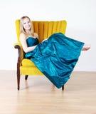 Adolescente no vestido do baile de finalistas foto de stock