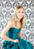 Adolescente no vestido do baile de finalistas fotografia de stock royalty free